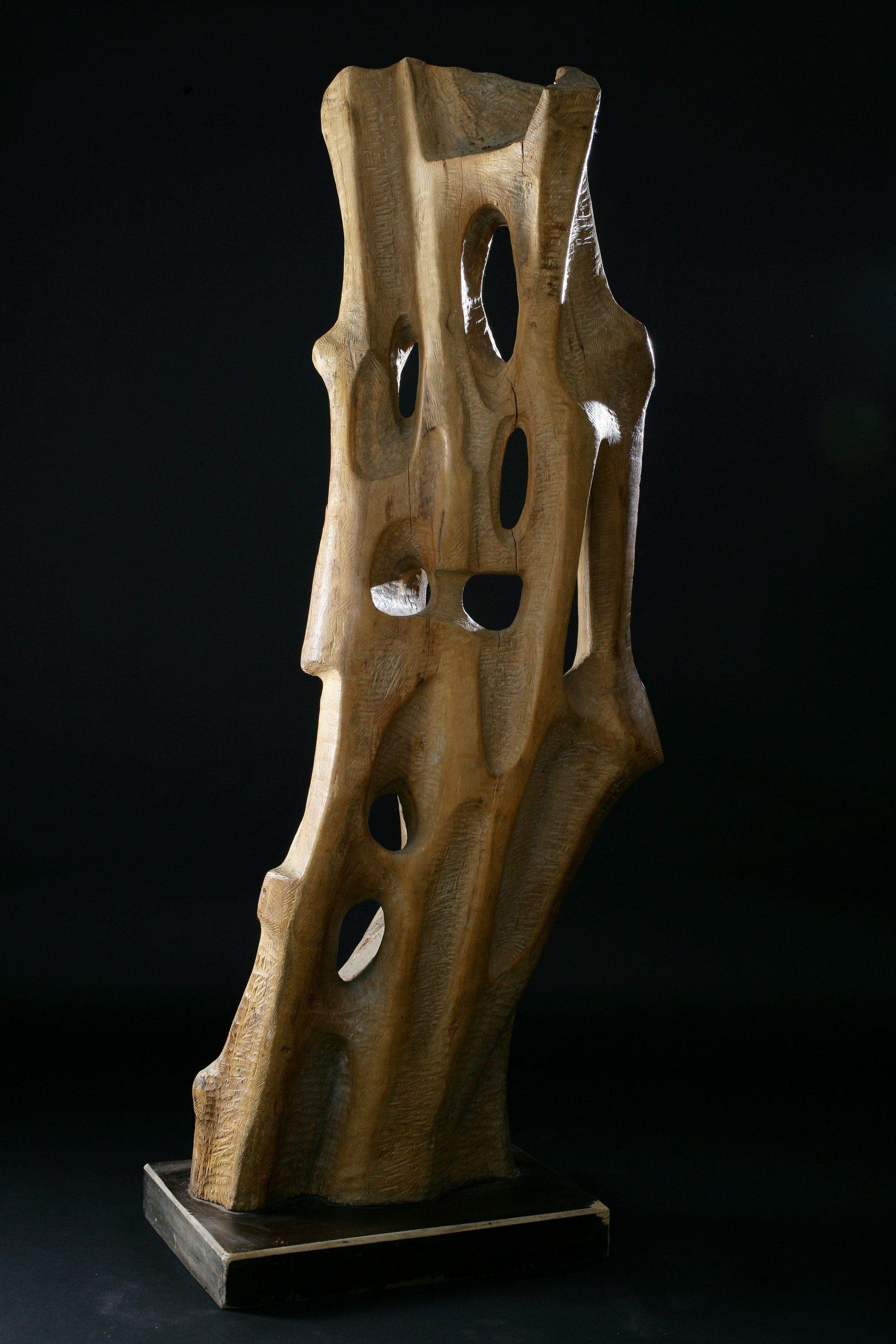 Figure 1967, olive wood sculpture, 156x50x53cm, di Adolf Vallazza